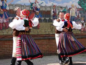 dancers wearing traditonal Polish clothing