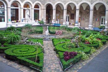Hôtel-Hospitel Dieu courtyard