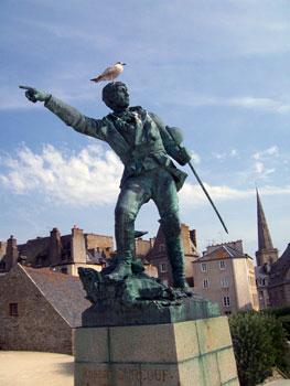 pigeon on statue