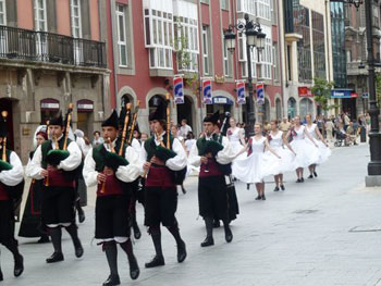 bagpipes in Spanish parade