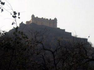 looking up at Fort Kumbhalgarh