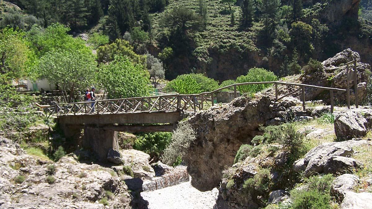 Hikers on the Samaria Gorge trail