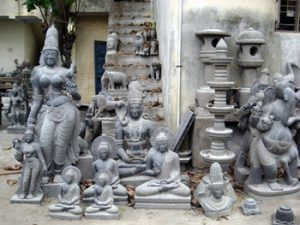 stone carvings outside a Mahablipuram shop